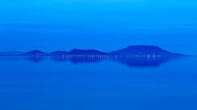 Paisaje de un lago balaton en hungría, hora azul