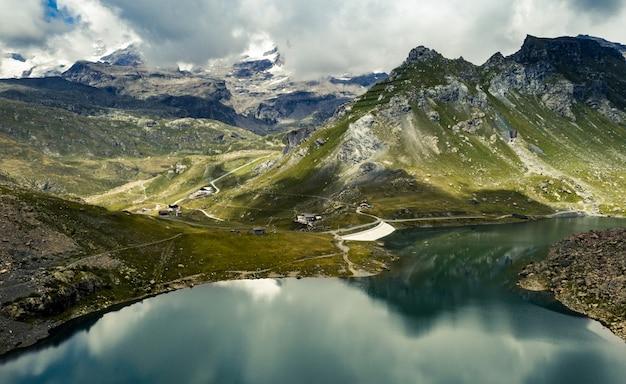 Paisaje con lago de montaña