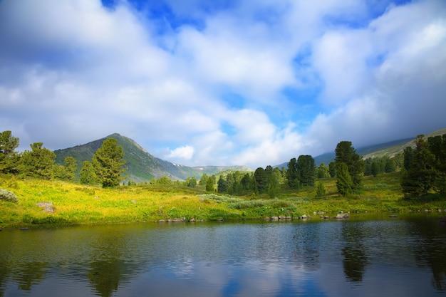 Paisaje con el lago de las montañas