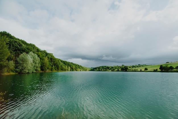 Paisaje de un lago rodeado por montañas