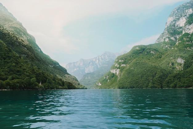 Paisaje de un lago rodeado de montañas