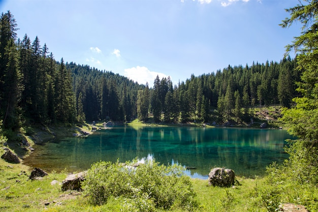 Paisaje del lago en trentino alto adige
