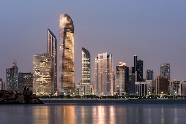 Paisaje marino de abu dhabi con rascacielos