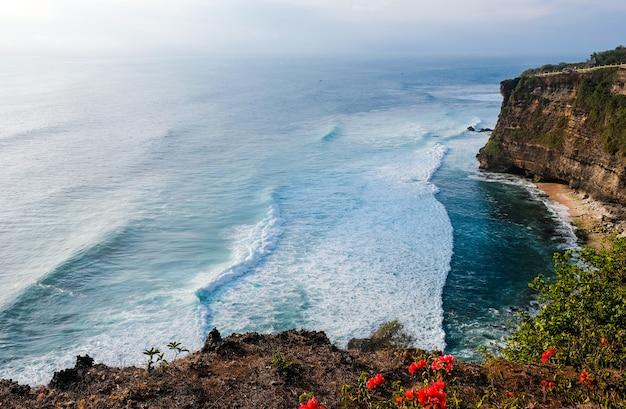 Paisaje marino con altos acantilados en bali