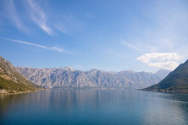 Paisaje marino de la bahía de kotor, naturaleza backgroung, kotor, montenegro