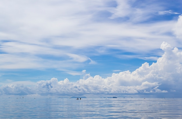 Paisaje marino y cielo azul nube