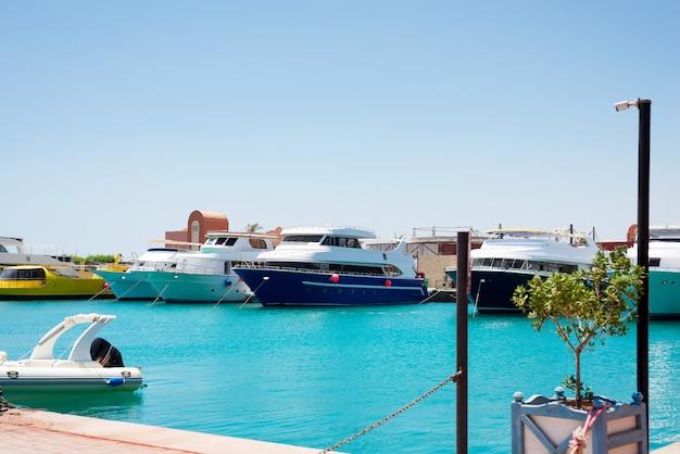 Paisaje marino con estacionamiento y barcos anclados y barcos.