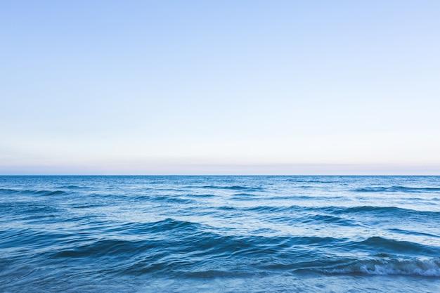 Paisaje marino fantástico con olas pequeñas