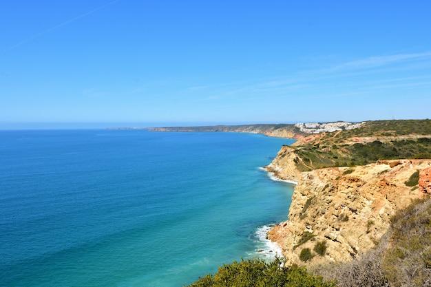 Paisaje marino de la fortaleza almadena o boca del rio, algarve, portugal