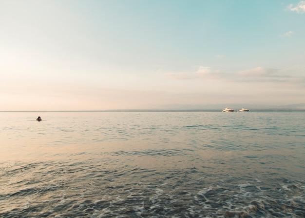Paisaje marino en luces de la puesta del sol