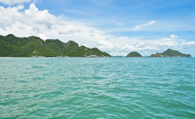 Paisaje marino con montañas de piedra caliza en día de verano