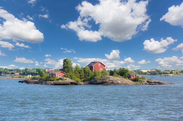 Paisaje marino y pequeñas islas al lado de helsinki