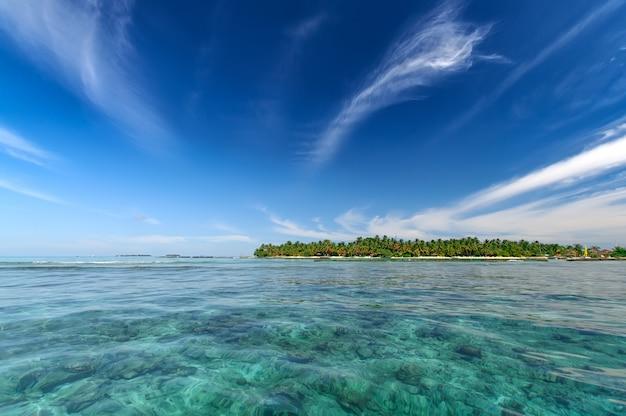 Paisaje marino tropical resort de la isla en un día soleado