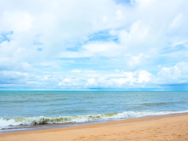 Paisaje marino de verano con cielo azul con nubes