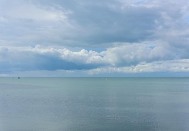 Paisaje marino de verano con isla verde y cielo azul