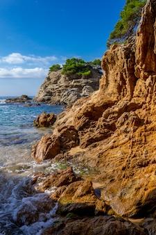 Paisaje marino de la zona turística de la costa brava, cerca de la ciudad de lloret de mar en españa