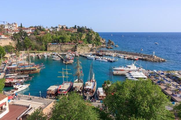 Paisaje mediterráneo en antalya. vista de las montañas, el mar, los yates y la ciudad.