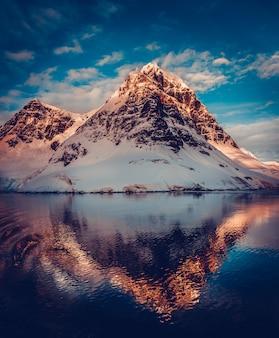Paisaje de montaña en la antártida