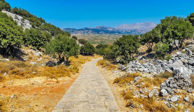 Paisaje de montaña con camino de piedra