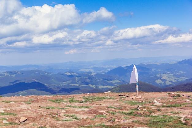Paisaje de una montaña de los cárpatos con bandera