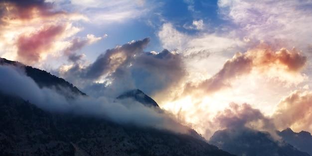 Paisaje de montaña con cimas en las nubes