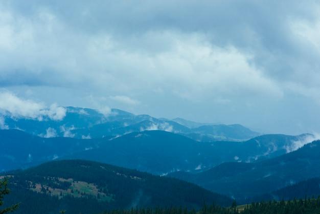 Paisaje de montaña contra el cielo con nubes.
