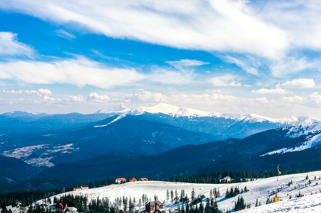 Paisaje de montaña cubierto de nieve