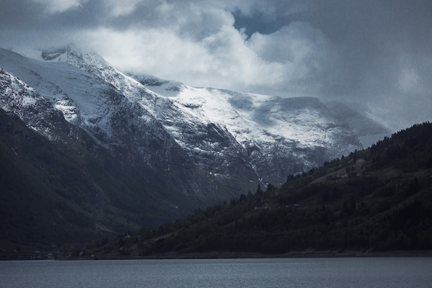 Paisaje de montaña en día lluvioso oscuro. viaja por europa. la naturaleza en noruega. hermosa naturaleza de escandinavia. hermoso paisaje con vista a la montaña. turismo en europa. fondo de la naturaleza