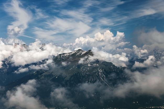 Paisaje de montaña en dolomitas, italia
