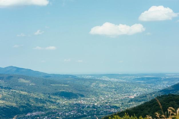 Paisaje de montaña de fondo contra el cielo azul