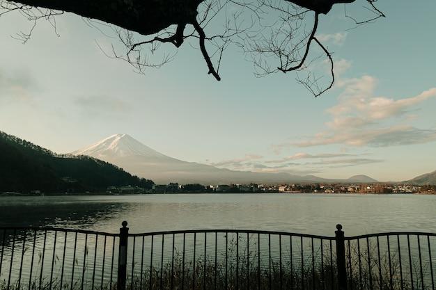 Paisaje de la montaña de fuji y del lago kawaguchiko en la salida del sol de la mañana, estaciones del invierno en yamanachi, japón.