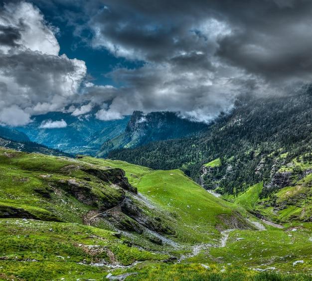 Paisaje de montaña en himalaya