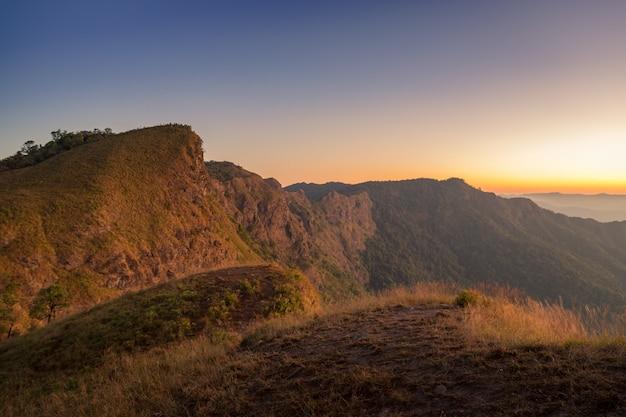 Paisaje de montaña con el horizonte naranja del amanecer en khao san nok wua