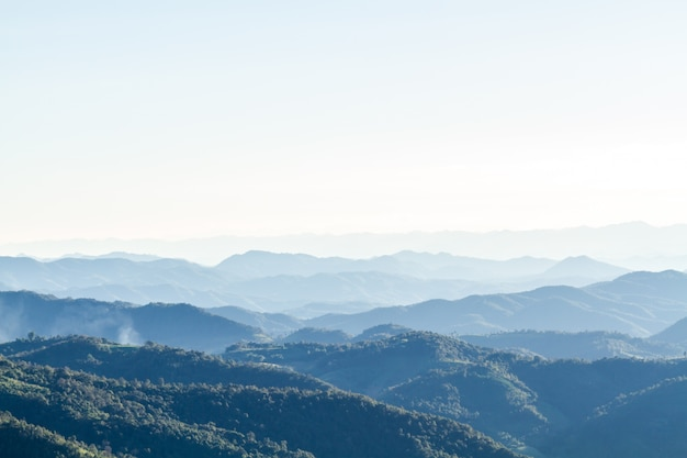 Paisaje de montaña y horizonte
