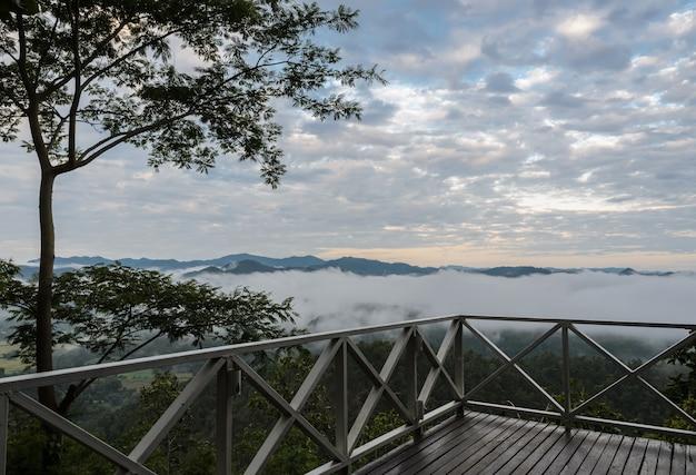 Paisaje de montaña con mar de niebla en la provincia de maehongson, tailandia
