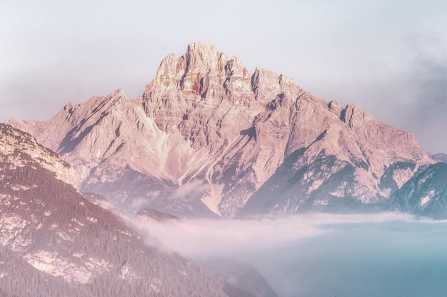 Paisaje de montaña marrón