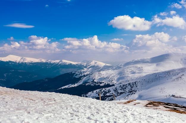 Paisaje de montaña nevada contra el cielo azul