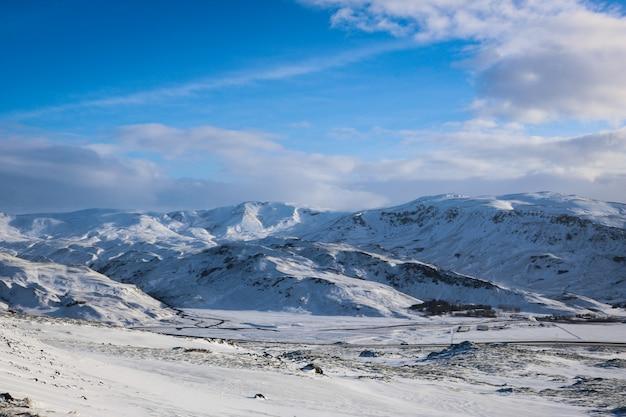 Paisaje de montaña nevada en islandia
