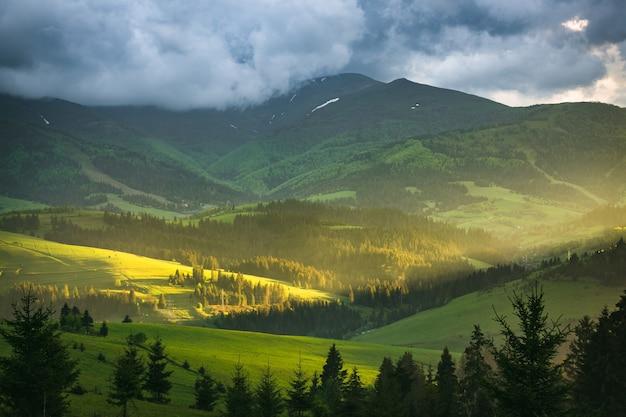 Paisaje de montaña con nubes de tormenta