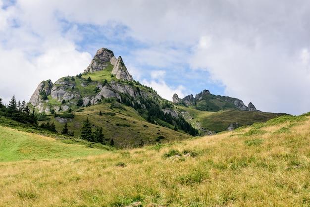 Paisaje de montaña. picos rocosos pintorescos en la cordillera de ciucas, rumania