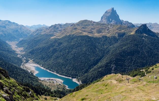 Paisaje de montaña en los pirineos con lago