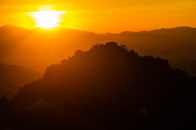 Paisaje de montaña con puesta de sol en nan tailandia