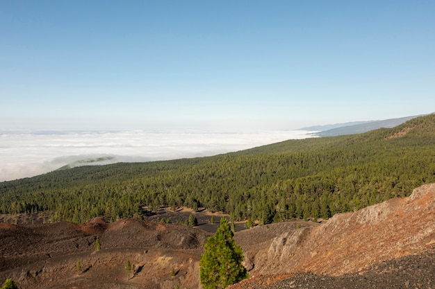Paisaje de montaña sobre las nubes
