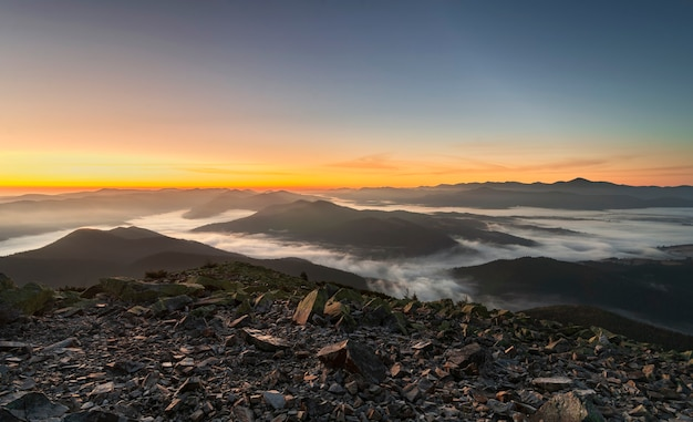 Paisaje de montaña. vista panorámica de las cadenas montañosas en la niebla matutina al amanecer. hermosas montañas de los cárpatos.