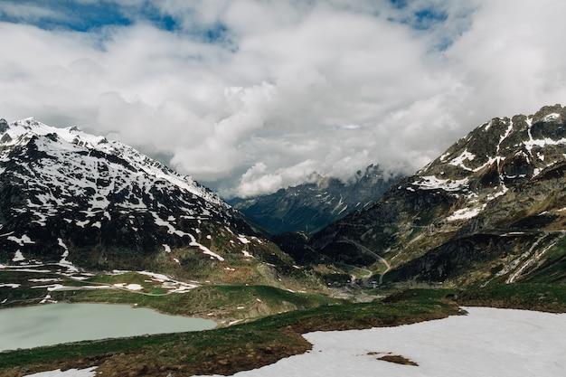 Paisaje de montañas de los alpes en tiempo nublado