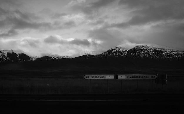 Paisaje de montañas en blanco y negro.