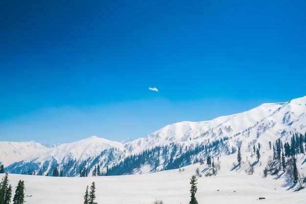 Paisaje de las montañas cubiertas de nieve hermoso estado de cachemira, la india.