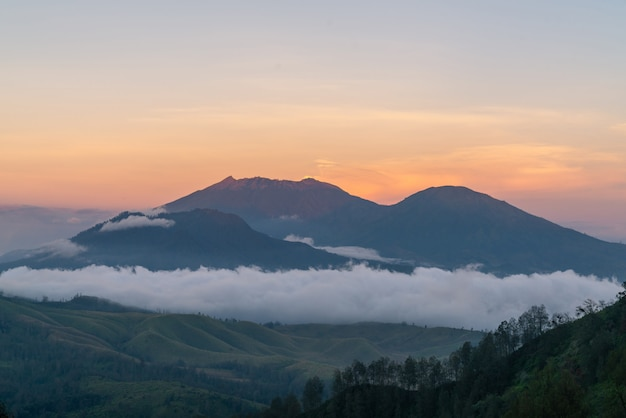 Paisaje montañoso al anochecer