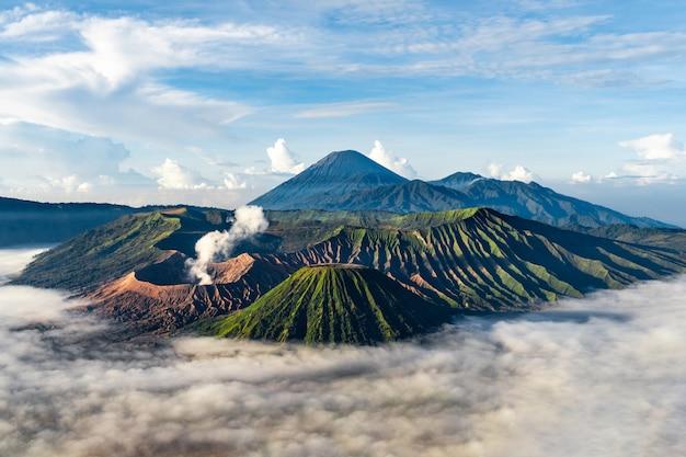 Paisaje montañoso con niebla