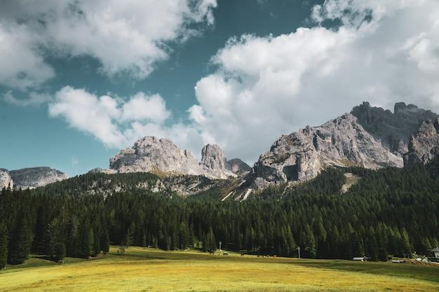 Paisaje montañoso en el parque natural three peaks en italia